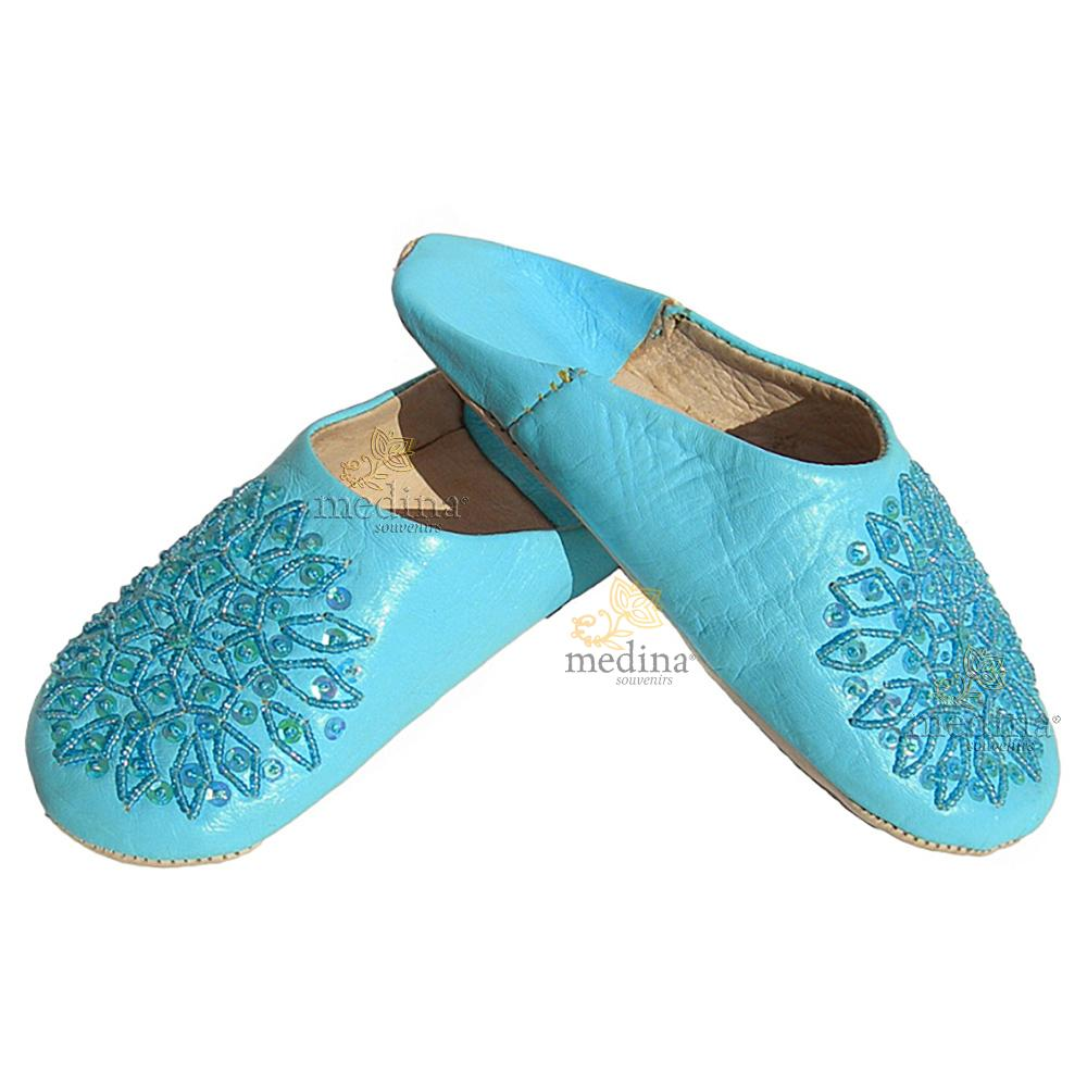 Babouche paillettes brodées, babouche Femme modele Galia bleu ciel, babouches a bout rond cousues main, chaussons en cuir verit