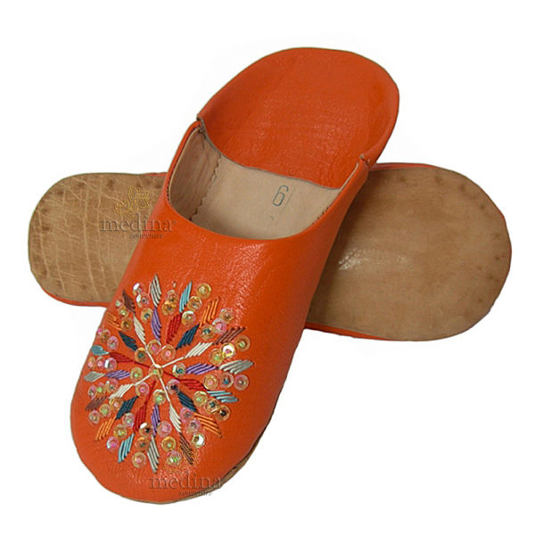 Babouches en cuir à pailletes et broderies de soie, babouche femme rafia orange, pantoules finement ornées de motifs en fil de s