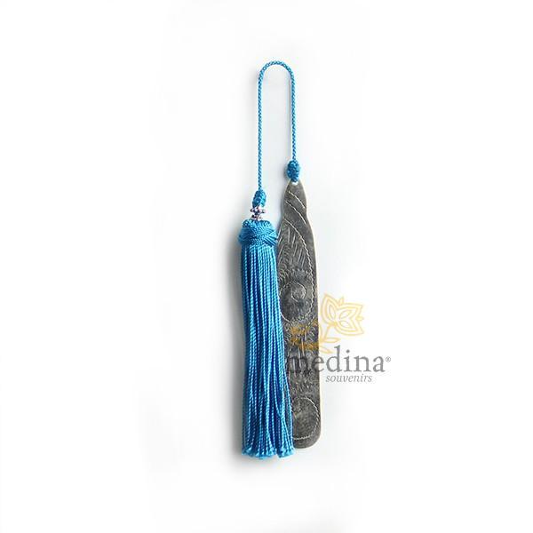 Marque page fait main metal gravé et pompon de soie turquoise