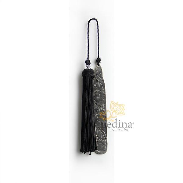 Marque page fait main metal gravé et pompon de soie noir