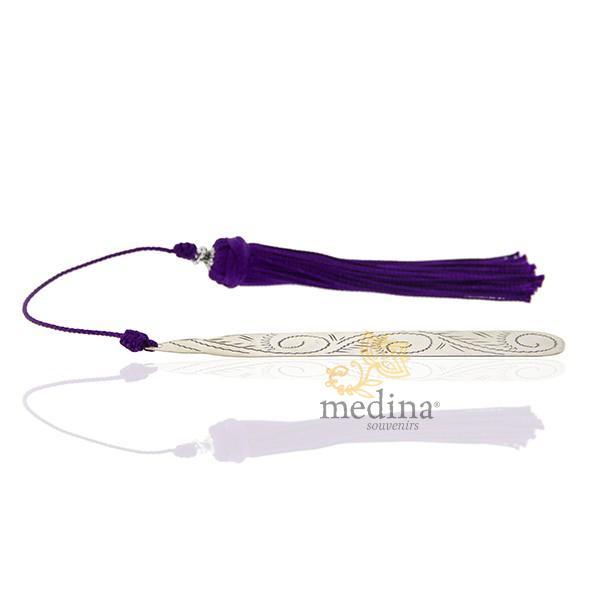 Marque page fait main metal gravé et pompon de soie violet