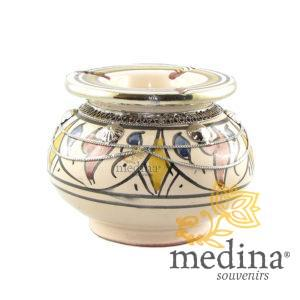 Cendrier marocain fait main bleu, jaune et rouge, incrusté et cerclé de métal poli et torsadé