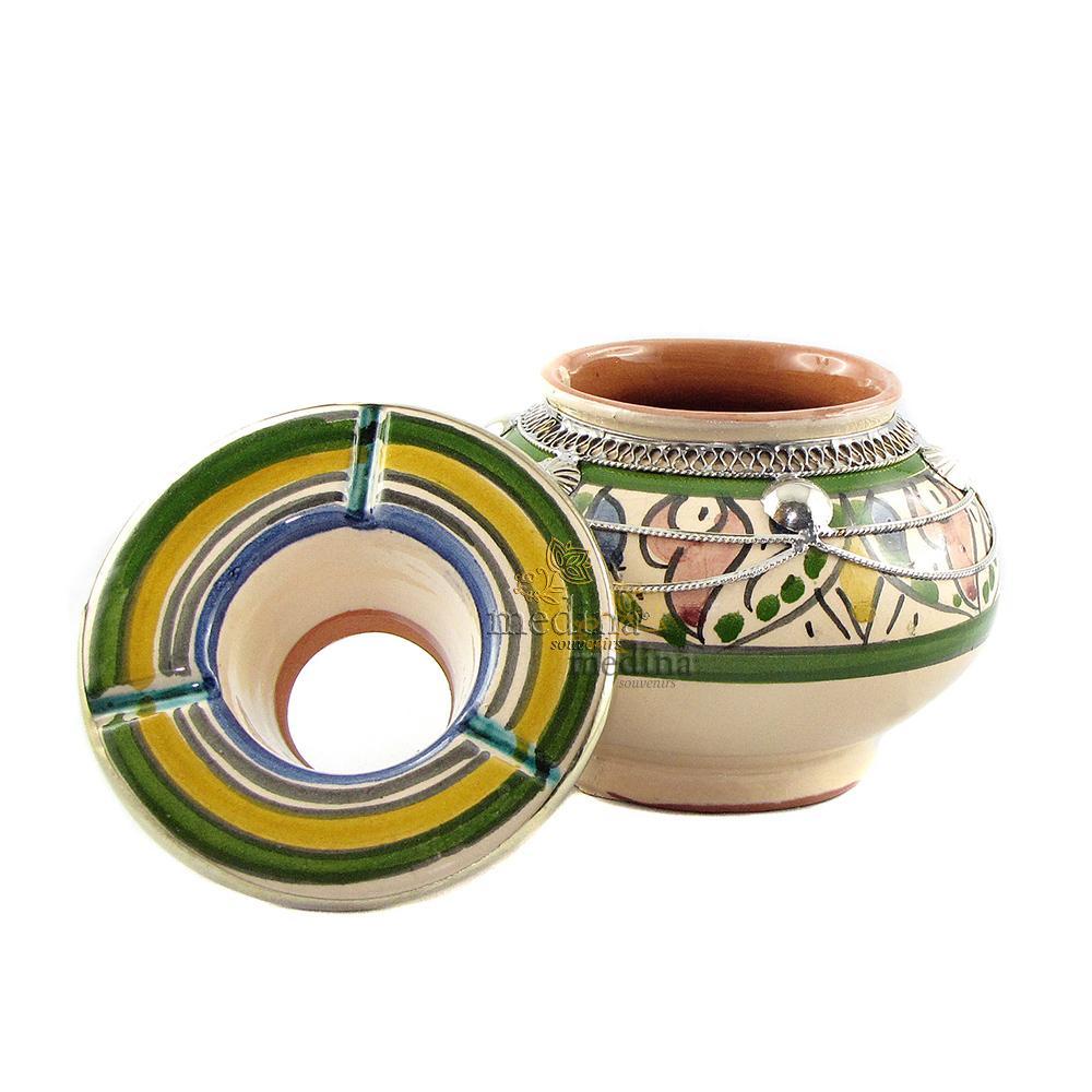 Cendrier marocain fait main dans les tons vert, incrusté et cerclé de métal poli et torsadé