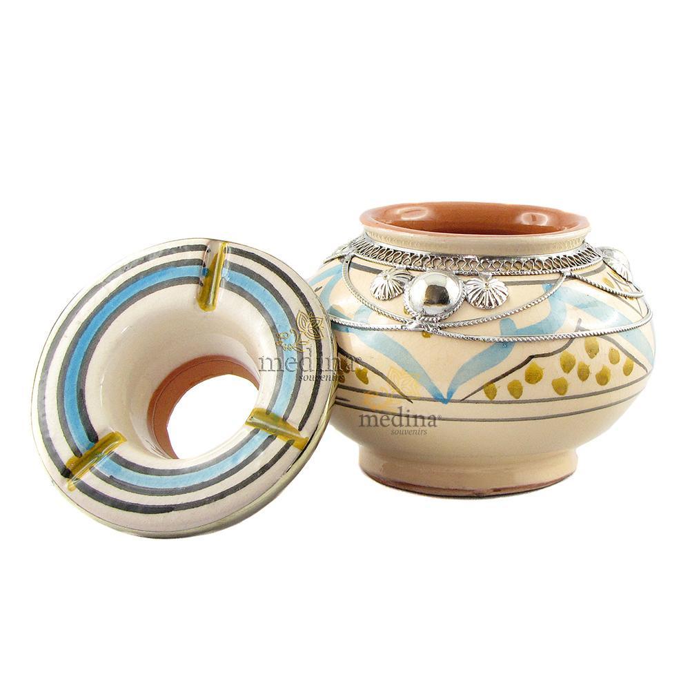 Cendrier marocain fait main bleu et ocre, cerclé de métal poli et torsadé