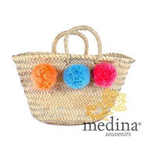 Panier marocain design avec poignées en corde tressée et pompons orange, bleu et rose