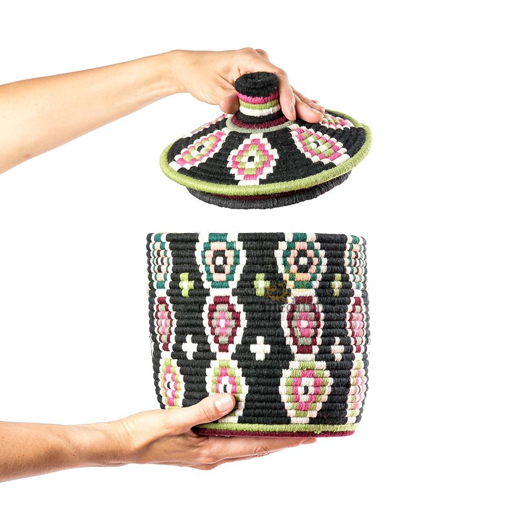 Boite vintage 36 cousue et tissée au fil de laine dans les tons noir avec formes multicolores