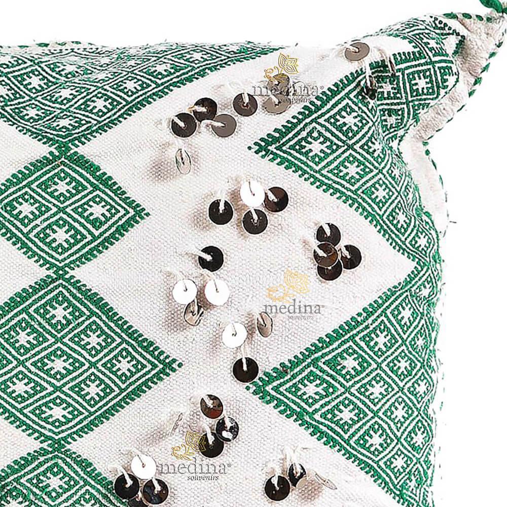 Coussin carré en kilim brodé vert blanc et joliment agrémenté de belles passementeries argentées