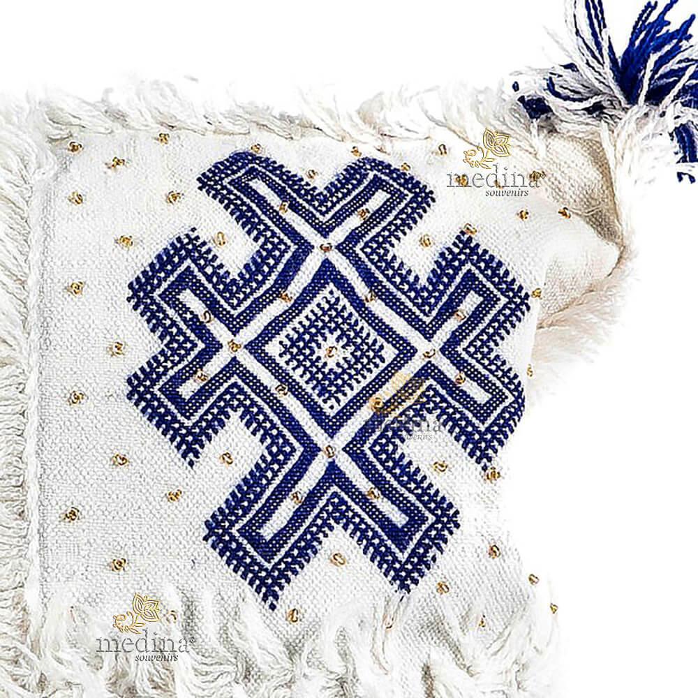 f7dad809c5e Coussin vintage berbere 100% laine vierge tissé main blanc motifs bleus  avec ses pompoms de